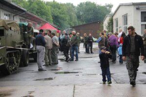 Besucher besichtigen Fahrzeuge im Hof am Museumsfest
