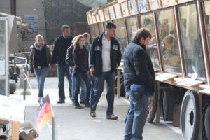 Besucher vor Vitrinen in der Ausstellung