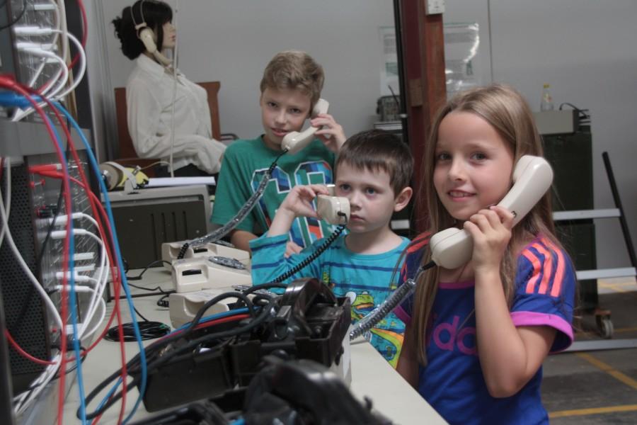 Kinder im Telefonlabor in der Fernmeldeabteilung