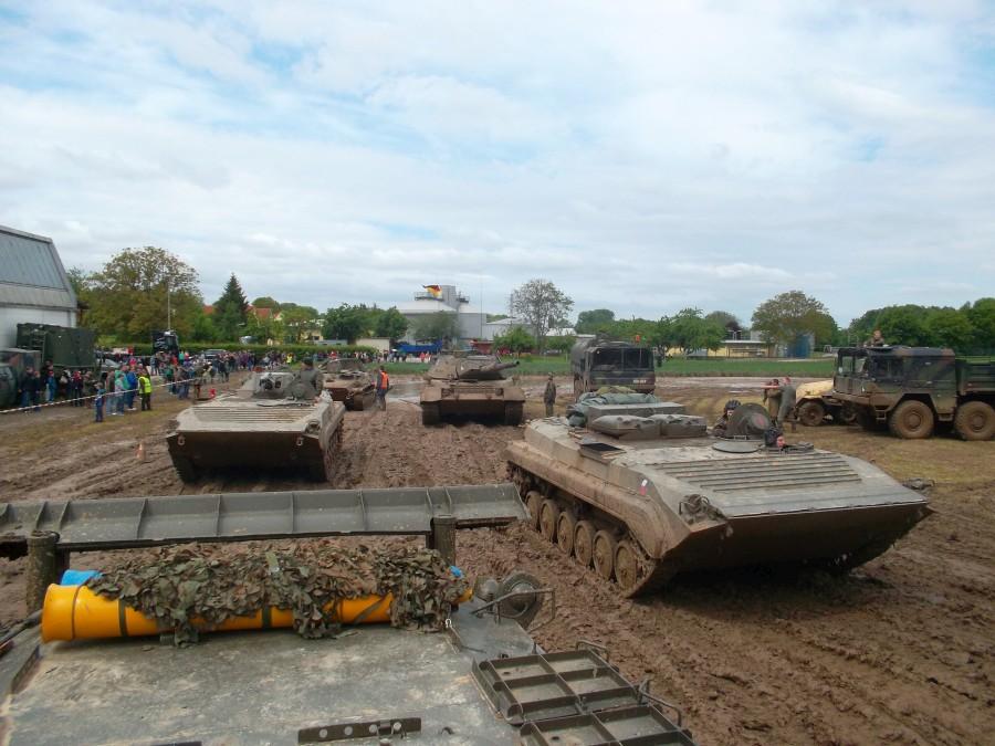 Panzer und LKW bei der Fahrzeugschau am Museumsfest