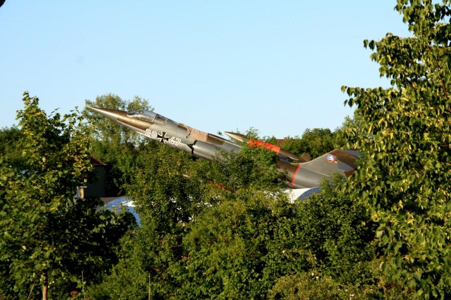 Starfighter F-104 G zwischen Bäumen